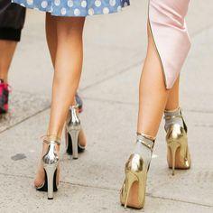 Street style com sapatos metálicos