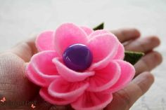 http://deliciouscraft.com/2013/02/lotus-felt-brooch/#
