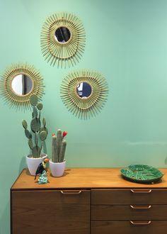 Osez le vert greenery menthe sur les murs avec cette jolie peinture et l'accumulation de miroirs en rotin. Photo ClemAroundTheCorner Emerald Green Rooms, Pantone Greenery, Style Deco, Kids Storage, Decoration, My Room, Green Colors, Kids Room, Home Appliances