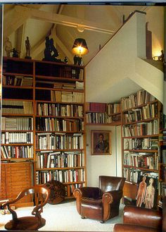 Ah, seating for reading. Lovely leather chairs! (via cavehominemuniuslibri, bookshelves)