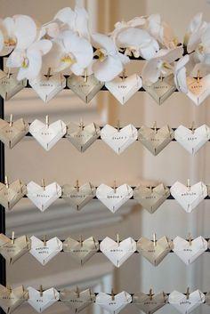 Una idea super original: el backdrop contiene los souvenirs de boda!