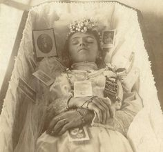 pre and post mortem photos - Yahoo Image Search Results Memento Mori, Old Photos, Vintage Photos, Post Mortem Pictures, Sleep Forever, Post Mortem Photography, Creepy Pictures, After Life, Pre And Post