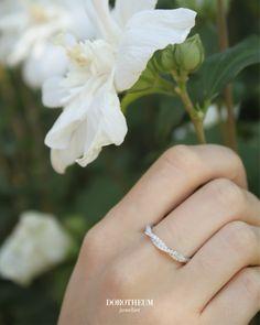 Warum nicht den Frühling mit einem neuen Ring starten? Dieser femininer Ring aus Weißgold 585 ist mit Brillanten besetzt und sehr dezent, schlicht und geschmackvoll.  Ein optisches Highlight, welches Sie zu sowohl alltäglichen, als auch festlichen Anlässen begleitet. Memory Ring, Spring Blooms, Ring Verlobung, Wedding Rings, Engagement Rings, Jewelry, Style, Classic, Wedding