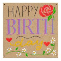 Een vrolijke verjaardagskaart met bloemen en de engelse tekst: happy birthday. Getekend met krijt op bruine achtergrond.