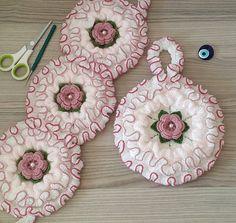 Karanfil bahçesi yüz lifi yapımı - Canım Anne Weaving Patterns, Baby Knitting Patterns, Filet Crochet, Crochet Doilies, Crochet Decoration, Crochet Baby Booties, Handmade Clothes, Hand Embroidery, Diy And Crafts