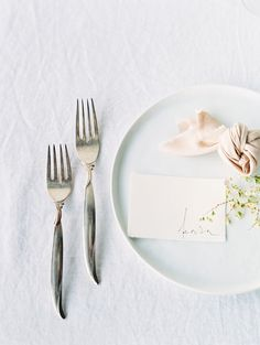a minimalist Nordic place setting with a white charger, a blush napkin and some fresh greenery for spring Scandinavian Wedding, Minimalist Scandinavian, Scandinavian Style, Wedding Places, Wedding Tips, Wedding Blog, Spring Wedding, Wedding Details, Destination Wedding