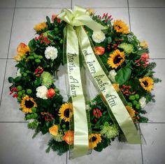 Veniec Nezabudneme 2  Veniec zo živých kvetov- mix Veľkosť / od 70 cm / a farba kvetov sú voliteľné, druh kvetov môžeme dohodnúť podľa Vašich požiadaviek. Individuálne objednávky vieme upresniť aj telefonicky na t.č.: 0904 947 494 Uvedená cena je vrátane dekorácie, smútočnej stuhy s textom podľa Vášho želania a doručenia v Bratislave /aj na obrad do domu smútku /  #nezabudneme #smútočný #veniec #wreath #funeral #okrúhly #živý #mix #slnečnice