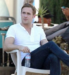 i knew that one day the day would come when it would become hard for me to find good pictures of ryan gosling, i just didn't know it would be so soon..