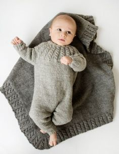 Hel dress og teppe i Eco Wool fra Dale Diy Crafts Knitting, Knitting For Kids, Knitting For Beginners, Baby Knitting Patterns, Knitting Designs, Tricot Baby, Baby Romper Pattern, Baby Barn, Butterfly Kids