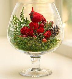 As cores verde+ vermelho são uma referência ao Natal, então, neste arranjinho feito num vaso tipo taça grande, elas reinaram absolutas. Você pode fazer o arranjo que quiser usando estas duas cores e o resultado vai ser natalino com certeza.