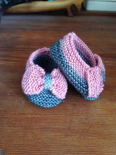 """""""Bows before bros"""": such charming and girly baby slippers. An alteration of the """"Saartje's Booties"""" pattern. Both original and altered pattern available in Ravelry and free."""