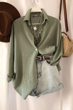 Keten gömlekler her sezonun vazgeçilmez parçası. Sıcak yaz günlerinde severek kombinleyeceğiniz keten gömlek oversize modeldir. Boydan düğme detayı ile rahat kullanım sağlayan gömlek uzun kol modeldir. Denim şort ve jeanler ile tamamlayabileceğiniz gömleği mini çantalar hareketlendirebilirsiniz.   Look Fashion, Fashion Outfits, Womens Fashion, Looks Style, Casual Looks, Cute Casual Outfits, Stylish Outfits, New Mode, Mode Boho