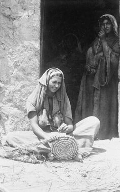 MINISTRY INFORMATION FIRST WORLD WAR MISCELLANEOUS COLLECTION (Q 33881)   Basket making in Palestine village.