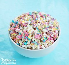 Bunny Bait - Easter White Chocolate Funfetti Popcorn including a Free Printable for kids to package up in baggies for a Easter class party at school! Easter Snacks, Easter Treats, Easter Recipes, Easter Food, Easter Deserts, Kid Recipes, Easter Stuff, Holiday Snacks, Holiday Recipes