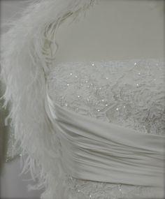 Particolare del decolletè sottolineato da un drappeggio in charmouse