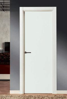 Puerta lisa lacada en blanco con tirador cromado de roseta