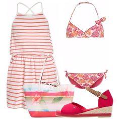 Bikini rosso e arancione, con fantasia di coralli colorati e fiocchi decorativi. Vestito corto, a righe bianche e corallo, con spalline sottili incrociate sulla schiena ed elastico in vita. Sandali rossi, con cinturino alla caviglia e zeppa intrecciata. Accompagna l'outfit una borsa a spalla, in stampa a righe e floreale.