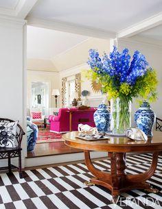 An elegant color scheme makes this living room pop. - Model Home Interior Design Elle Decor, Decor Interior Design, Interior Decorating, Veranda Magazine, Living Vintage, Pink Sofa, Sweet Home, Foyer Decorating, Chinoiserie Chic