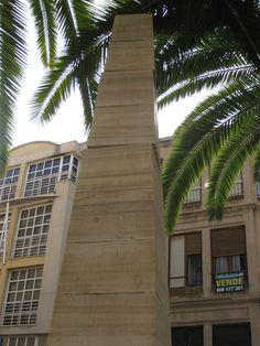 El paso de las ondas de un terremoto puede producir rotaciones diferenciales entre elementos de una construcción, como en este monumento de Lorca (terremoto del 11 de mayo 2011).  Photo: J.J. Martínez-Díaz