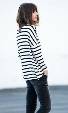 Street style look com blusa listrada e calça jeans
