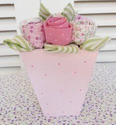 Vaso em MDF pintado e decorado com poás.Com flores e folhas em tecido.Disponível nas cores:rosa, lilás, vermelho, coral e amarelo;em cores únicas, poás ou patchwork. R$ 22,90