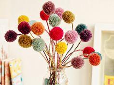 Janna von Tabula Rosi zeit Dir in dieser DIY-Anleitung wie Du kunterbunte Pom-Pom Blumen aus Wollresten herstellen kannst, Die Pom-Poms kannst du fertig kaufen, oder ganz einfach mit einem Pom-Pom Maker selber machen.