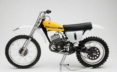 Sit back and watch Dave Miller from Dave Miller Concepts tell you about the incredible detail and the story behind his tribute to the Factory Suzuki RH . Suzuki Dirt Bikes, Suzuki Motocross, Motocross Racing, Suzuki Motorcycle, Motocross Bikes, Moto Bike, Mx Bikes, Enduro Vintage, Vintage Motocross