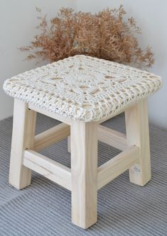 Están tan lindos estos nuevos Banquitos Emma que antes que se vayan, se merecían un lugarcito en el blog. Crochet Pouf, Cute Crochet, Easy Crochet, Handmade Home Decor, Handmade Decorations, Doily Art, Stool Covers, Crochet Home Decor, Bench Furniture