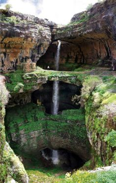 La triple cascada de Baatara Esta impresionante imagen recoge la cascada del barranco de Baatara (Líbano).  Tiene una caída de 100 metros, y su mayor particularidad es que atraviesa la montaña creando tres puentes naturales de piedra caliza.