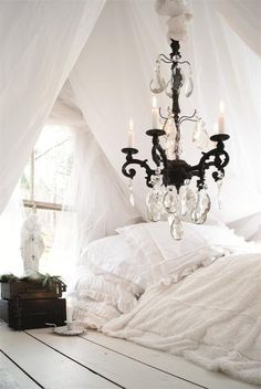 white linens & bed on the floor. <3