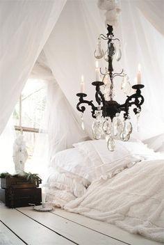 white linens & bed on the floor. <3