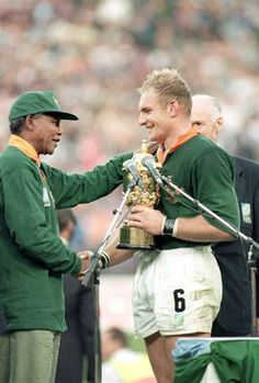 Nelson Mandela and Francois Pienaar - Rugby World Cup This moment changed the game in South Africa. An amazing time in our history Rugby League, Rugby Players, South African Rugby, Nelson Mandela Quotes, All Blacks, Rugby World Cup, Sports Stars, African History, How To Memorize Things