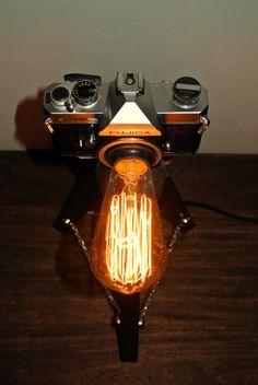 Cuerpo de cámara FUJICA 100% original. Trípode hecho con madera envejecida y base de aluminio. Bombillo vintage Edison de filamentos. Cable y
