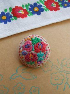 ハンガリー刺繍をリネンの布に刺して作ったブローチです。カラフルに楽しく見に付けていただけると嬉しいです。 サイズ 直径3センチ|ハンドメイド、手作り、手仕事品の通販・販売・購入ならCreema。