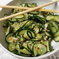 O segredo da receita de salada de pepino agridoce japonês simples e fácil. Passo a passo de como fazer salada de pepino agridoce sunomono de restaurante Vegetarian Recipes, Cooking Recipes, Healthy Recipes, Salty Foods, Calories, Going Vegan, No Cook Meals, Food Hacks, Asian Recipes