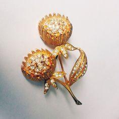 Vintage flower golden brooch with rhinestones by RetroVintageWorld