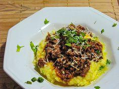 Polenta cremosa com molho de carne e shitake fresco