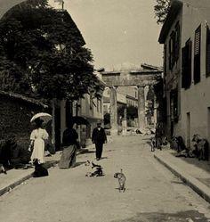 ΑΘΗΝΑ, ΠΛΑΚΑ, 1908. Στο βάθος η Πύλη της Αθηνάς Αρχηγήτιδος, Ρωμαϊκή Αγορά.