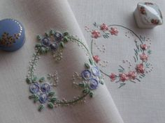 Flores no Jardim - Lee Albrecht - /bblann/hand-embroidery/ BACK over 900 Silk Ribbon Embroidery, Hand Embroidery Patterns, Vintage Embroidery, Embroidery Applique, Cross Stitch Embroidery, Machine Embroidery, Art Du Fil, Creative Embroidery, Brazilian Embroidery