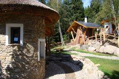 Pohádková vesnička. Pohled na Budulínka a Pařezovou chaloupku.