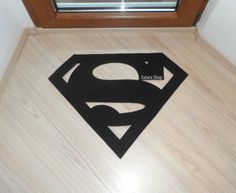 Modern handmade mat / rug with Superman sign silhouette. Feel like a superhero! Available sizes: Small: 62 x 50 cm / 24,4 x 19,6 approx. Large: 82 x 65 cm / 32,2 x 25,6 approx. Our mats are made of a resistant material of synthetic fiber of polypropylene. These come in a wide range of colours and measures. You can see the available colors on the attached images. Keep in mind that colors may vary of your computer and reality. If you need another size, please contact before purchasing. Are ...