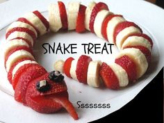 Serve up a scary Halloween Sweet Snake simply by slicing bananas and strawberries. You can use any fruit Serve up a scary Halloween Sweet Snake simply by slicing bananas and strawberries. You can use any fruit you want! Food Art For Kids, Cooking With Kids, Food For Children, Fruit Art Kids, Toddler Meals, Kids Meals, Kids Fun Foods, Cute Food, Good Food