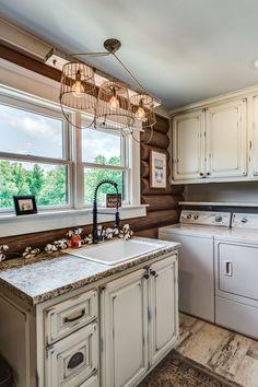 Design Tips for Log Home Laundry Rooms Home, Log Cabin Decor, Room Renovation, Cabin Living Room, Laundry Room Renovation, Log Home Decorating, Log Home Interior, Cabin Living, Cabin Interiors