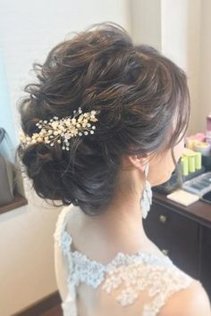 Coiffure de mariée avec broche fleurie