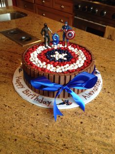 bolo kit kat capitão america - visit to grab an unforgettable cool Super Hero… Captain America Cake, Captain America Birthday, Avengers Birthday, Superhero Birthday Party, Birthday Parties, Birthday Cupcakes, Marvel Birthday Cake, Birthday Ideas, Happy Birthday