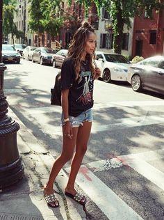 Julie Sariñana. T-shirt, shorts jeans e slide é o trio perfeito para o verão.