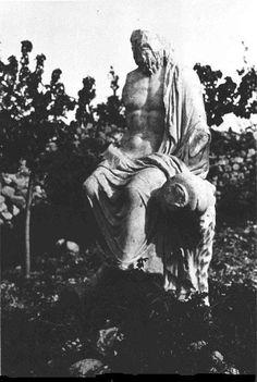 Antakya, 1900'lerin başı..Nehir Tanrısı M.S1.Yüzyıl Eseridir. Samandağ İlçesinin Mağaracık Köyü Mevkiinde Bulunmuştur