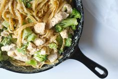 One-pot chicken broccoli fettuccini alfredo Skinny Recipes, Ww Recipes, Light Recipes, Chicken Recipes, One Pot Chicken, Chicken Broccoli, One Pot Dishes, Pasta Dishes, Main Dishes