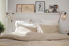 Cabecero con estanterías RIBBA y luces enganchadas >>> my scandinavian home: A carefully laid out cosy Swedish apartment