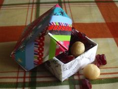 These little gift boxes are made from recycled Christmas cards